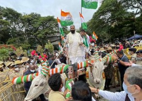 Congress leaders who came to the modus operandi in the carriages.jpg